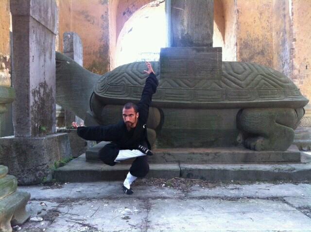 Posture du dragon dans le temple perdu dansla montagne, wu long gong, le temple des cinq dragons.