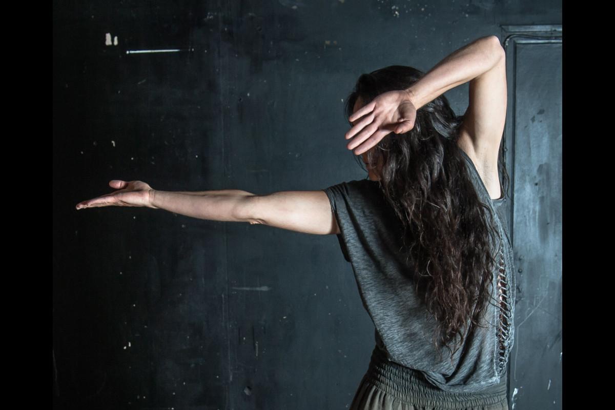 mouvement de danse improvisée, jeu de ce qui est vu et ce qui est caché.